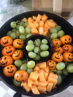 Halloween fruit platter Halloween Appetizers, Healthy Halloween, Halloween Food For Party, Halloween Treats, Halloween Fruit Salad, Halloween Inspo, Halloween Foods, Halloween Celebration, Halloween Desserts