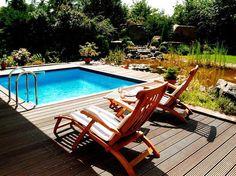 Ein Pool wird am besten in die direkte Sonne gebaut, damit diese das Wasser erwärmen kann.