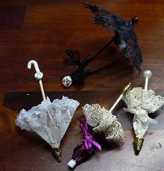 Melinda's Miniaturen und Hexenstube (Alles rund um Miniaturen und Puppenstuben 1:12) Cute Crafts, Diy And Crafts, Small Umbrella, Minis, Doll Costume, Fairy Dolls, Doll Accessories, Dollhouse Miniatures, Diy Gifts