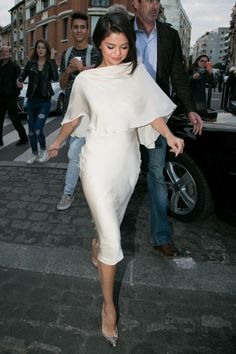 Selena Gomez Steps Out In Paris Wearing Pyjamas, Looks As Chic As Ever – Women's Fashion Selena Gomez Fashion, Style Selena Gomez, Selena Gomez Outfits, Selena Gomez Dress, Selena Gomez Clothes, Selena Gomez Lingerie, Mode Outfits, Fashion Outfits, Womens Fashion