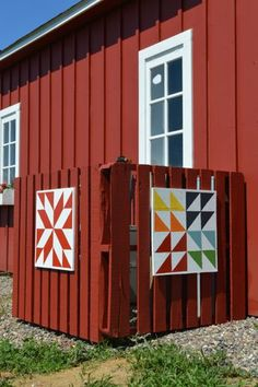 Barn quilts and DIY pallet fence; hiding your ac unit with a pallet fence