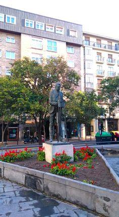 Plaza de Ariño, monumento al cineasta Eduardo Gimeno, Zaragoza España.