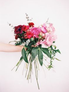 Loose ombre bouquet in reds and pinks.