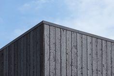 Villa Montfoort door Station-D Architects - http://station-d.nl - Een prachtig detail van gebrand hout als gevelbekleding. Dit is een traditionele Japanse techniek voor zwarthout, waarbij het hout diep wordt gebrand. Hierdoor ontstaan grove, natuurlijke texturen met een prachtige glans. Na enkele jaren zal het zwarthout zijn uiteindelijke karakteristieke uitstraling bereiken. Foto: Stijn Poelstra