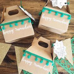 Ramadan gift boxes, perfect for treats! Ramadan Cards, Ramadan Gifts, Ramadan Food, Ramadan Mubarak, Ramadan Decorations, Diy Party Decorations, Diy Eid Gifts, Eid Gift Ideas, Ramadan Design