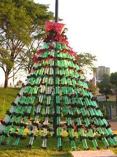 Árvore de grande porte com garrafas pet