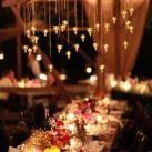 Iluminación cálida para una boda íntima en interiores | Decoración bodas | Decoración de bodas originales