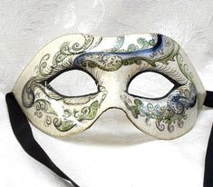 Maschera Colombina Perla Verde OR03 Pezzo Unico. Realizzata completamente a mano in cartapesta con l'aggiunta dello screpolato (Craquelè).Le decorazioni, anch'esse realizzate a mano, sono in colori acrilici e di alto livello dal punto...