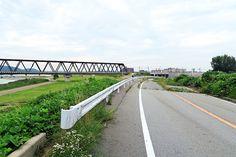 2015年6月30日(火)こんにちは。今日の朝散歩は、「じけまち商店街」から西へ移動。「ほんまちロード」を抜けて、加古川の河川敷へ出ました。現在建設中の「加古川市民病院」前あたりで写真撮影。町中を散策するのも良いですが、こちら側に出てくるのも良いものです。定番コースに加えたいと思います!ちなみにJR加古川駅から、ここまで最短ルート(高架下を西へ進む)で約10分。河川敷で遊べますし、休日の散歩にもモッテコイです(^^  それでは、今日も皆様にとって良い1日になりますように☆ 【加古川・藤井質店】http://www.pawn-fujii.jp/