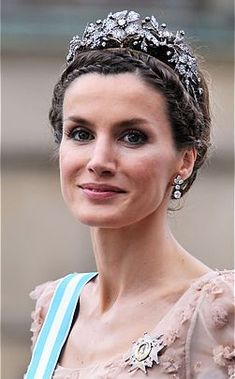The Mellerio Floral Tiara (Spain) was designed by the House of Mellerio in It was a gift from the Spanish people to Princess Sofia at her marriage to Don Juan Carlos. Royal Crown Jewels, Royal Crowns, Royal Tiaras, Royal Jewelry, Tiaras And Crowns, Princess Letizia, Princess Sofia, Lovers Knot Tiara, Princess Victoria Of Sweden