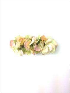 アジサイの花びらを敷き詰めたバレッタ。 いつものまとめ髪がフェアリーチックに☆画像3枚目は同種花びらの色違いの装着画像です。バレッタ金具:8cm購入の際の注意...|ハンドメイド、手作り、手仕事品の通販・販売・購入ならCreema。