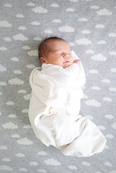 Swaddled newborn baby on cloud blanket Little Babies, Little Ones, Cute Babies, Babies Pics, Newborn Pictures, Baby Pictures, Kind Photo, Foto Baby, Baby Family