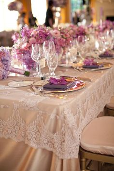 Purple & Lavender Glam table. Love the table clothe color same as the bridesmaids dresses.                                                                                                                                                                                 Más