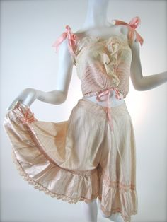 Antique Victorian FRENCH Moulin Rouge Can-Can Girl Pantaloons, yes I know this isn't century but I do need a pair of Bloomers! Vintage Corset, Vintage Lingerie, Vintage Dresses, Vintage Outfits, Edwardian Fashion, Vintage Fashion, Tea Gown, Civil War Dress, Period Outfit