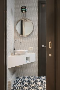 Small Downstairs Toilet, Small Toilet Room, Small Bathroom Sinks, Bathroom Ideas, Bathroom Organization, Corner Bathroom Mirror, Small Vessel Sinks, Small Sink, White Bathrooms