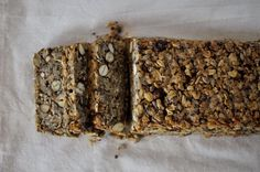 """""""Life changing loaf of bread"""" nennt Saran Britton, die Erfinderin des Rezepts, ihr Wahnsinnsbrot. Und sie hat recht damit. Dieses Brot hat einfach alles, denn es ist das leckerste und gleichzeitig das gesündeste Brot, das ich je gegessen habe. Aber alles von Anfang an. Letzte Woche bin ichhierdarauf gestoßen und musste es sofort nachbacken. Denn … Mehr lesen »"""