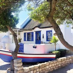 Haus in Paternoster, Südafrika. This original Paternoster cottage has been restored to its full glory, providing the perfect backdrop to compliment your visit to Paternoster. The property has an inside bathroom and a private outside bathroom with stone bath to complete the roman...