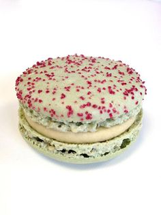 Macaron Rhurbarbe Fraise - Fabrice Gillotte. I like how it's mostly green, like old fashioned rhubarb.