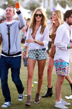 Rosie Huntington-Whiteley wearing a revealing top and jeweled denim hotpants at the second weekend of the Coachella Festival in California. Festival Looks, Festival Mode, Festival Style, Festival Wear, Rosie Huntington Whiteley, Festival Coachella, Festival Outfits, Coachella 2012, Coachella Style