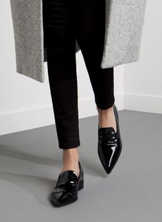 Womens black loafers outfit minimal chic new Ideas Minimal Chic, Minimal Fashion, Minimal Classic, Minimal Shoes, Mocassins Cuir, Pointed Toe Loafers, Pointy Toe Flats, Style Minimaliste, Looks Style