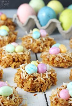 No Bake Coconut Caramel Nest Cookies are an adorable Easter dessert that's super easy to make! They're made with a mix of cornflakes, caramel and coconut! Dessert Sans Gluten, Gluten Free Desserts, Cookies For Kids, Easter Cookies, Easter Recipes, Holiday Recipes, Easter Ideas, Easter Crafts, Desserts Ostern