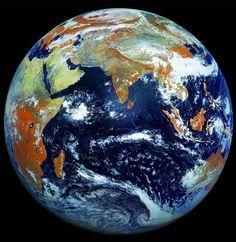 Terra é retratada em imagem com 121 megapixels, a maior já feita em um só clique (Foto: Roscosmos