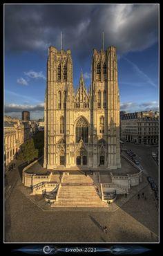 Catedral de Saint Michiels durante a hora dourada. Bruxelas, Bélgica.  Fotografia: Erlend Robaye no Flickr.