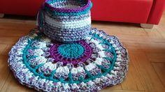 alfombra redonda y canasta con diseño en trapillo