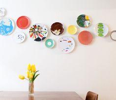 Arranjos com pratos diversos na parede. Solução bonita, barata e absolutamente personalizada.