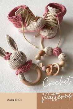 Crochet Baby Toys, Crochet Girls, Crochet Baby Clothes, Crochet For Kids, Baby Knitting, Booties Crochet, Baby Booties, Baby Shoes, Crochet Crafts