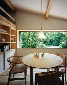 Habuka mountain retreat, a small timber-framed house by Satoshi Irei : Round tables + simple elements Japanese Home Decor, Japanese Interior, Japanese House, Minimalist Home, Minimalist Design, Minimalist Interior, Interior Architecture, Interior And Exterior, Exterior Design