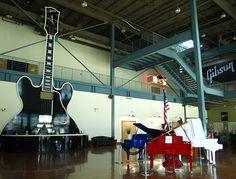 MUUTA NÄHTÄVÄÄ: Gibsonin kitaratehtaalla pääset tutustumaan käsityönä valmistettavien kitaroiden kokoamisprosessiin. Historiallisessa Peabody-hotellissa hauskuuttaa kahdesti päivässä ankkalauman marssi kattokerroksesta hissillä alas aulan suihkulampeen. FedExForum on Tigers-koripallojoukkueen kotiareena. AutoZone Parkissa pelataan alemman sarjan baseballia. Memphisin nähtävyyksistä ja tapahtumista saa lisätietoa osoitteessa http://www.memphistravel.com.