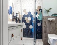 Mieszkanie z widokiem na morze - Mała łazienka na poddaszu w bloku w domu jednorodzinnym bez okna, styl skandynawski - zdjęcie od SAS Wnętrza i Kuchnie Malaga, Toilet, Curtains, Shower, Bathroom, Trendy, Future, Rain Shower Heads, Washroom