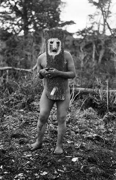 Der Geist Yincihaua und seine Phallusmaske, Selk'nam (Onas), Tierra del Fuego, Argentina, 1923, photo: Martin Gusinde.
