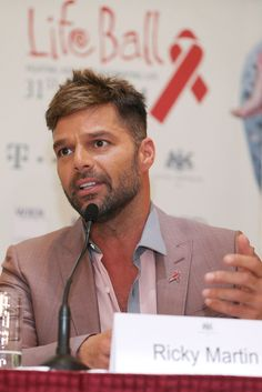 Ricky Martin Photos - Singer Ricky Martin attends the 'Life Ball 2014 - Press Conference' at Hotel Imperial on May 2014 in Vienna, Austria. Latin American Music, American Music Awards, Pop Musicians, A Good Man, Music Artists, Conference, Hair Cuts, Cut Image, Handsome Guys