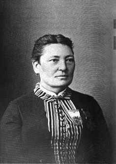 """Annie Etheridge (1839–1913)   inspired to take up nursing by looking after her father on his deathbed, and when war broke out, joined the 2nd Michigan Volunteer Infantry. Nicknamed """"Gentle Annie,""""  An expert horsewoman, she would ride onto the battlefield fearlessly with her saddlebags full of lint and bandages to tend to wounded soldiers. Her horse was even shot out from under her – twice. Etheridge's was one of only two women awarded the Kearny Cross, died in 1913, she was buried as a…"""
