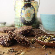 Disse cookies indeholder masser af gode og nærende råvarer. Fedtstoffet er en god koldpresset kokosolie. Sukkeret er uraffineret kokossukker. At det er uraffineret betyder at det ikke er frataget d…