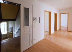 Stefan Helmbrecht ist Projektentwickler und Investor. Seit fast zwei Dekaden steht Stefan Helmbrecht für die professionelle Sanierung denkmalgeschützter Wohnimmobilien. Hier zeigt Stefan Helmbrecht eine Wohnungsaufnahme eines seiner Immobilien-Projekte.