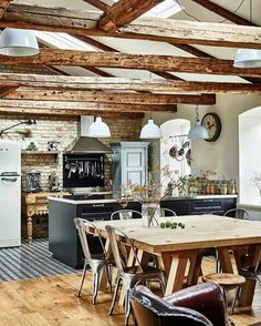 Photography by Andrea Papini for Elle Decoration Rustic kitchen. Photography by Andrea Papini for Elle Decoration Rustic Country Kitchens, Rustic Kitchen, Rustic Cafe, Nice Kitchen, Rustic Bench, Rustic Cottage, Summer Kitchen, Rustic Shelves, Rustic Outdoor