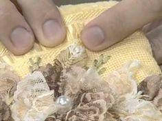 ARTE BRASIL -- ZILDA MATEUS -- TOALHA COM FLOR DE RENDA\\olhem que delicadeza p\ presentear alguem\\bem simples de fazer\\