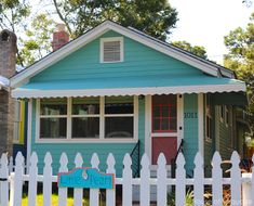 House of Turquoise: Turquoise Tour of Tybee Island! Can rent through Mermaid Cottages(cute name! Turquoise Cottage, House Of Turquoise, Beach Bungalow Exterior, Small Cottage Designs, Beach Cottage Style, Beach House, Beach Cottages, Small Cottages, Small Houses