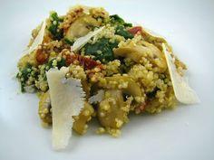 Salada de quinoa com espinafres, cogumelos e queijo parmesão
