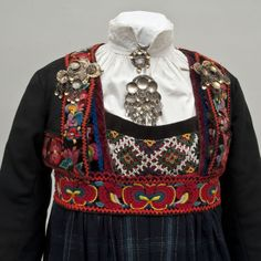 Gave fra Hallingdal… Scandinavian Embroidery, Norwegian Vikings, Welsh, Tribal Dress, Wedding Costumes, Folk Costume, Festival Wear, Fashion History, Traditional Dresses