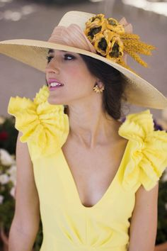 Vestido amarillo boda dia tocado Mellow Yellow, Shades Of Blue, Mother Of The Bride, Fascinator, Hair Beauty, Poses, Outfits, Female, Lady