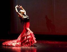 Looove the Flamenco Dancers!  Bata de cola