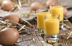 Kunsten å lage eggelikør er egentlig en veldig enkel sak. Og det går rimelig kjapt også. Om man nå synes to, tre dager er kjapt. Eggelikør kommer egentlig fra Amazonas. Europeerne, nærmere bestemt … Detox Smoothies, Fruit Smoothies, Food N, Food And Drink, Cocktail Drinks, Cocktails, Macarons, Glass Of Milk, Granola