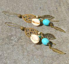 boucles d'oreilles turquoises bleus en coquillages et pierres turquoises et howlite. boucles d'oreilles bohèmes chics et hippie chics, bijou inspiré par mer