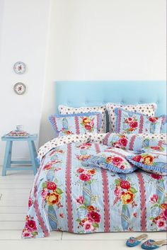 Oh my gosh, i would looove to snuggle up on that bed... So pretty :-) ... pip lisa