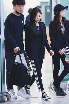 blackpink all black, fashion airport Blackpink Outfits, Kpop Fashion Outfits, Korean Outfits, Casual Outfits, Fashion Idol, Blackpink Fashion, Asian Fashion, High Fashion, Fashion Events