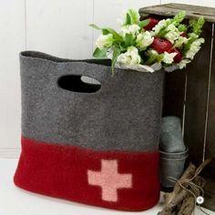 Filztasche mit Schweizer Kreuz rot-grau